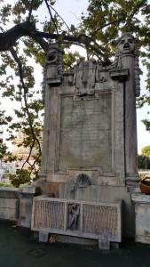 Der Gedenkstein für das 1888 abgerissene Teatro Apollo