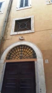Die ehemaligen Eingänge des Teatro dei Granari kennzeichnen heute noch das Wappenrelief der Familie Doria.