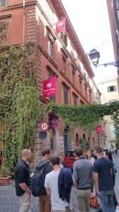 Auf der Stelle des ehemaligen Teatro Alibert/ Teatro delle Dame steht heute ein Hotel: Studierende auf dem Rundgang durch die Theaterstadt Rom