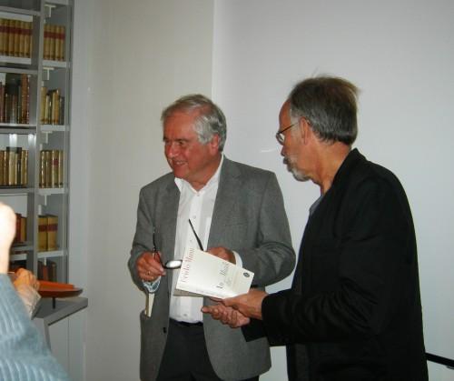 """Frido Mann signiert interessierten Zuhörern in der Casa di Goethe sein Buch """"An die Musik""""."""