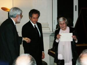 Nadia Morani zeigt dem Publikum den handschriftlichen ihrer Ahnin Nadine Helbig gewidmeten Walzer von Adolph von Henselt.