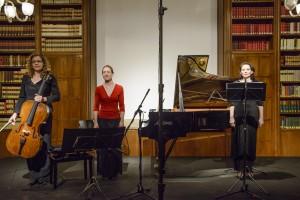 """Verena Sennekamp (Violoncello), Katharina Olivia Brand (Klavier) und Anna Maria Pammer (Gesang) brachten """"Vanitas"""" im Österreichischen Historischen Institut zur Aufführung."""