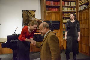 Der anwesende Komponist dankt den Musikerinnen.